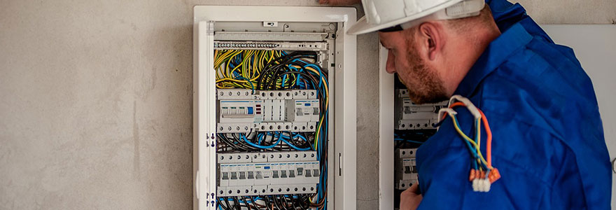 un artisan électricien à Paris